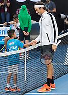 ROGER FEDERER (SUI) begruesst kleinen Jungen auf dem Platz kurz vor Spielbeginn, handshake,Herren Finale<br /> <br /> Australian Open 2017 -  Melbourne  Park - Melbourne - Victoria - Australia  - 29/01/2017.