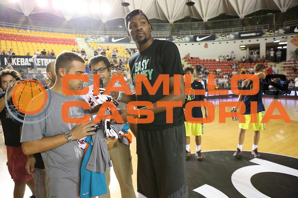 DESCRIZIONE : Roma Lega A 2013-2014 Nike Pallacanestro La Virtus Roma incontra Kevin Durant<br /> GIOCATORE : Durant Kevin <br /> CATEGORIA : ritratto curiosita<br /> SQUADRA :<br /> EVENTO : Nike Pallacanestro La Virtus Roma incontra Kevin Durant<br /> GARA : <br /> DATA : 07/09/2013<br /> SPORT : Pallacanestro <br /> AUTORE : Agenzia Ciamillo-Castoria/M.Simoni<br /> Galleria : Lega Basket A 2013-2014  <br /> Fotonotizia : Roma Lega A 2013-2014 Nike Pallacanestro La Virtus Roma incontra Kevin Durant<br /> Predefinita :
