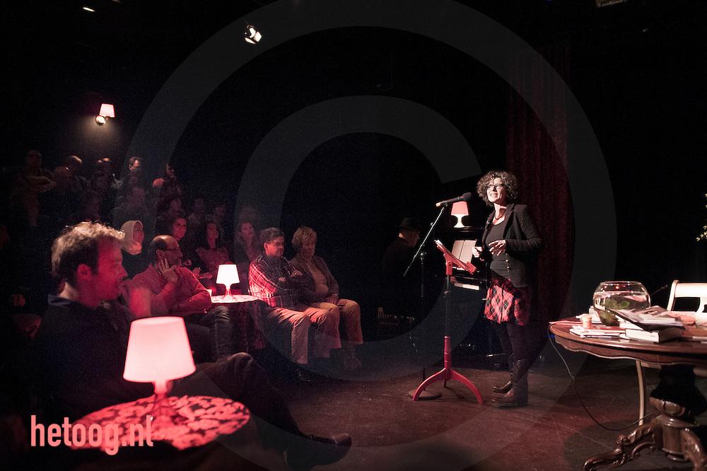 nederland, enschede 28jan2014 De keuze van de stadsdichter - Vestzak theater - Stadsdichter Regine Hilhorst  (r) en haar gasten dragen gedichten voor .