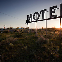 USA, Washington, Coulee City, Motel sign at dawn