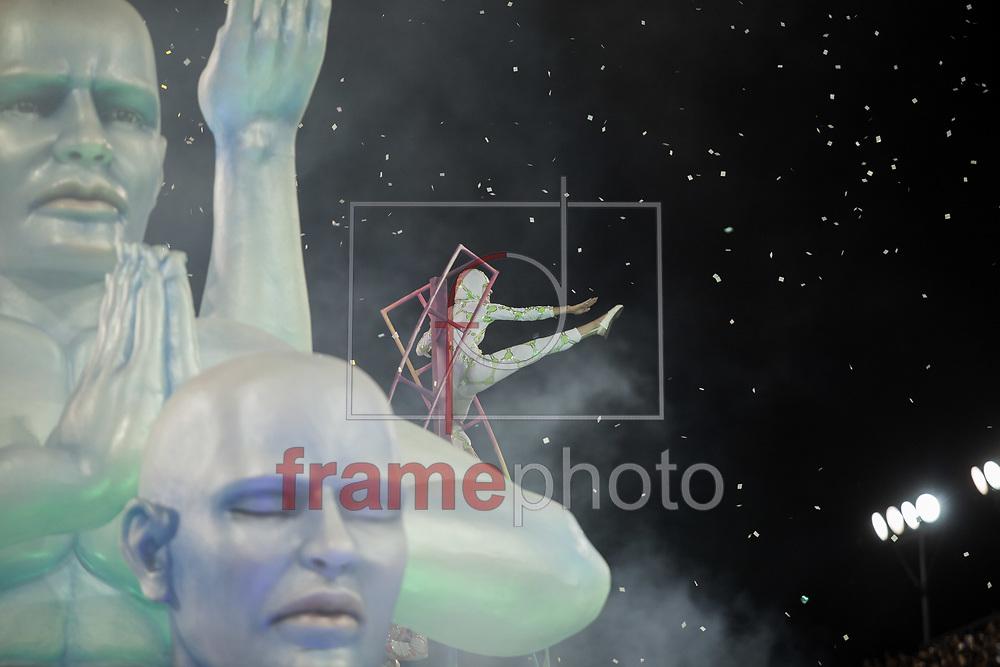 São Paulo, SP - 14/02/2015 - Desfile do GRCSES Unidos de Vila Maria, com o enredo Só os Diamantes São Eternos na Química Divina, abrindo o segundo dia de desfiles do Grupo Especial do Carnaval 2015, no Sambódromo do Anhembi, na noite de hoje (14/02) Foto: Rodrigo Dionisio/Frame
