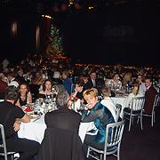 Lee Towers bezoekt World Fantasy Dinner kerstshow Hilversum met kinderen, zaal met mensen