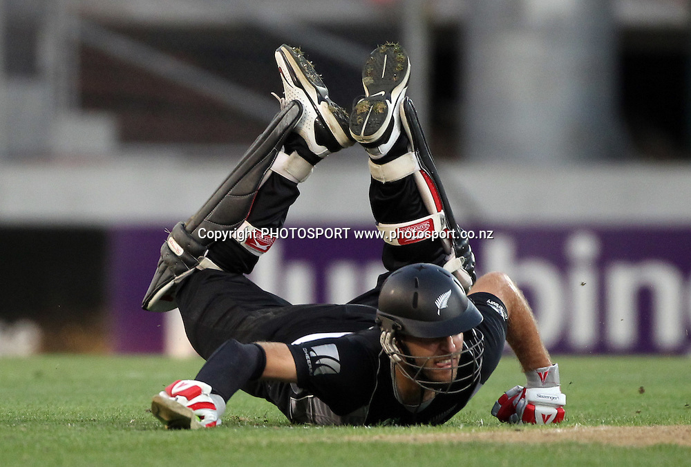 Captain Daniel Vettori dives to make his ground.<br />
