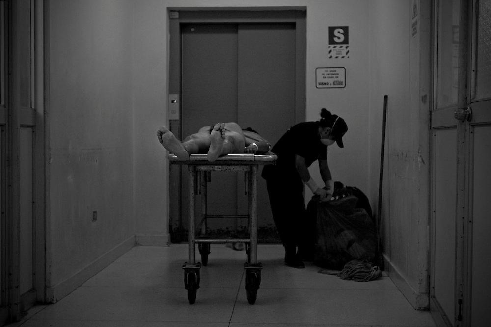 Sujeto asesinado. Morgue Central de Lima.