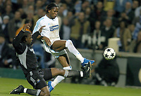 Fotball<br /> Semifinale UEFA-cup 2003/04<br /> Olympique Marseille v Newcastle<br /> 6. mai 2004<br /> Foto: Digitalsport<br /> NORWAY ONLY<br /> <br /> DIDIER DROGBA (OM) / TITUS BRAMBLE (NEW)