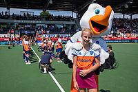 AMSTELVEEN - Fan of the match, met Stockey voor   de Pro League hockeywedstrijd dames, Nederland-Australie (3-1) COPYRIGHT  KOEN SUYK
