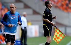 05-06-2010 VOETBAL: NEDERLAND - HONGARIJE: AMSTERDAM<br /> Nederland wint met 6-1 van Hongarije / Arjen Robben en grensrechter referee Christopher Bornhorst<br /> ©2010-WWW.FOTOHOOGENDOORN.NL