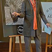 Amsterdam, 10-01-2012. Vandaag is het 175 jaar geleden dat Artis haar poorten opende. Het jubileumjaar 2013 draait om herinneringen aan Artis. Enkele bijzondere Artis liefhebbers komen vandaag samen, wanneer Artis-directeur Haig Balian het jubileumjaar officieel opent. De liefhebbers zullen iets bijzonders delen met (oud)verzorgers, kinderen, vrijwilligers, vaste bezoekers en kantoorpersoneel. Enkele bekenden haalden hun herinneringen op van vroeger, geillustreerd met een foto uit die tijd. Op de foto: Monique van de Ven.