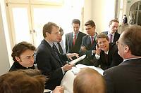 22 APR 2003, BERLIN/GERMANY:<br /> Stefan von Holtzbrinck (2.v.L.), Verlagsgruppe Georg v. Holtzbrinck , bespricht sich mit den Vertretern der Holtzbrinck-Gruppe, waehrend einer Pause der Anhoerung Ministererlaubnisverfahren zur Uebernahme der Berliner Zeitung durch die Verlagsgruppe Holtzbrinck, Links: Giovanni di Lorenzo, Chefredakteur des Tagesspiegel, Bundesministerium fuer Wirtschaft und Arbeit<br /> IMAGE: 20030422-01-034<br /> KEYWORDS: Anhörung, Übernahme, Gespräch, Verleger