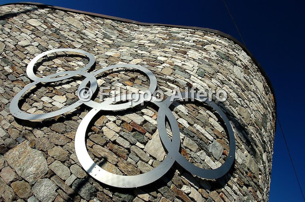 &copy; Filippo Alfero<br /> 04/01/2006 Salice<br /> Sport Varie<br /> Siti olimpici di Torino 2006, impianti + paesi<br /> nella foto: Salice, cerchi olimpici sulla strada per il paese