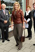 Prinses Maxima brengt een werkbezoek aan  Microfinancierings (MF)-ondernemerspunt Wijk in Bedrijf te Utrecht <br /> <br /> Op de foto: Princes Maxima komt aan bij het ondernemerspunt Wijk in Bedrijf <br /> <br /> Princess Maxima takes a visit to microfinance (MF)-point operators in business district in Utrecht In the photo: Princess Máxima arrives at the point entrepreneurs in Business District