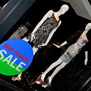 NLD/Den Haag/20110406 - Premiere Alle Tijden, Karen Miller winkel met sale met jurkje van Sandra Schuurhof