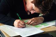 Nederland, Vught, 22-5-2006..Leerlingen van het Maurick college doen eindexamen Nederlands. Schoolonderzoek...Foto: Flip Franssen/Hollandse Hoogte