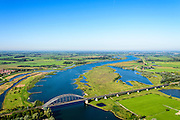 Nederland, Utrecht, Everdingen, 30-09-2015;  Rivier de Lek en spoorbrug Culemborg (Kuilenburgse spoorbrug). In de Goilberdingerwaard en Baarsemwaard (links) is de zomerdijk verlaagd en gedeeltelijk weggegraven en ook zijn in de uiterwaard geulen gegraven om rivier de Lek bij hoogwater meer de ruimte te geven.<br /> Railway bridge Culemborg and Lek River. In the floodplains (left) the summer dike has been reduced in height and partially excavated, and trenches haven been dug to create 'room for the river' at heigh waters<br /> luchtfoto (toeslag op standaard tarieven);<br /> aerial photo (additional fee required); copyright foto/photo Siebe Swart.