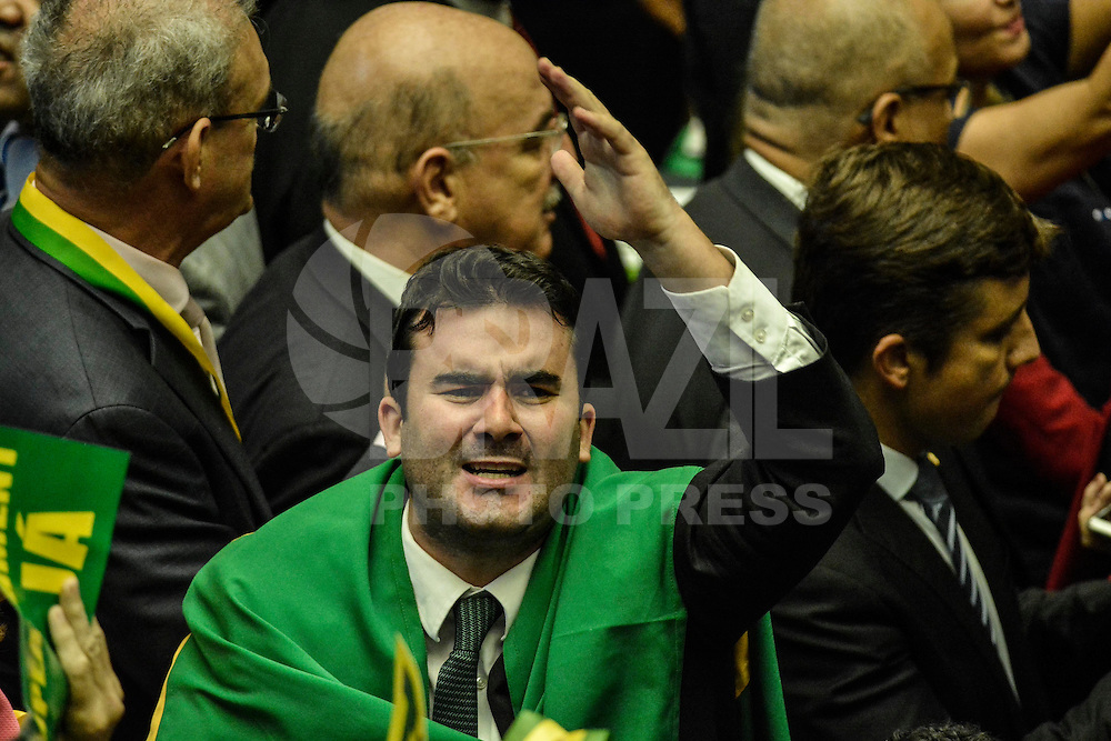 BRASILIA, DF – 17.04.2016 – CÂMARA–IMPEACHMENT – Parlamentares durante sessão que discute o parecer do deputado Jovair Arantes, que foi aprovado na Comissão Especial, recomendando a abertura do processo de impeachment da presidente Dilma Rousseff, na tarde deste domingo, 17, no Plenário Ulysses Guimarães, na Câmara dos Deputados. (Foto: Ricardo Botelho/Brazil Photo Press)