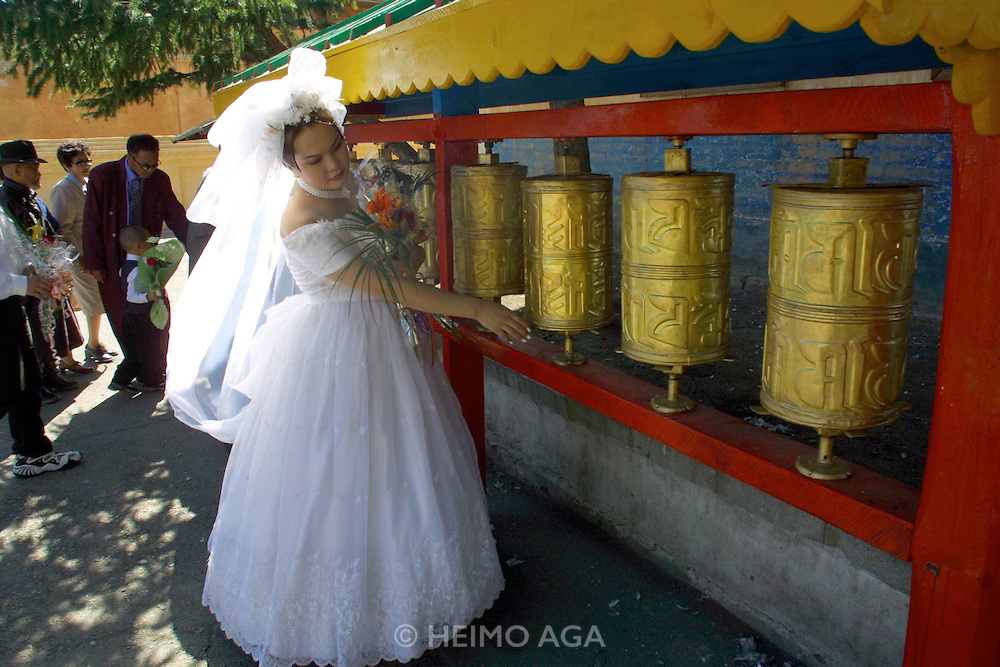 ULAN BATOR, MONGOLIA..09/05/2001.Bride visiting Gandan Khiid (monastery)..(Photo by Heimo Aga)