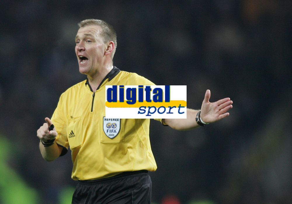 """PORTUGAL - PORTO 23 FEBRUARY 2005: Referee GRAHAM POLL (ENG), First Knock-out Round First Leg of the UEFA Champions League, match FC Porto (1) vs FC Internazionale (1), held in """"Dragao"""" stadium  23/02/2005  20:03:14<br />(PHOTO BY: NUNO ALEGRIA/AFCD)<br /><br />PORTUGAL OUT, PARTNER COUNTRY ONLY, ARCHIVE OUT, EDITORIAL USE ONLY, CREDIT LINE IS MANDATORY AFCD-PHOTO AGENCY 2004 © ALL RIGHTS RESERVED"""