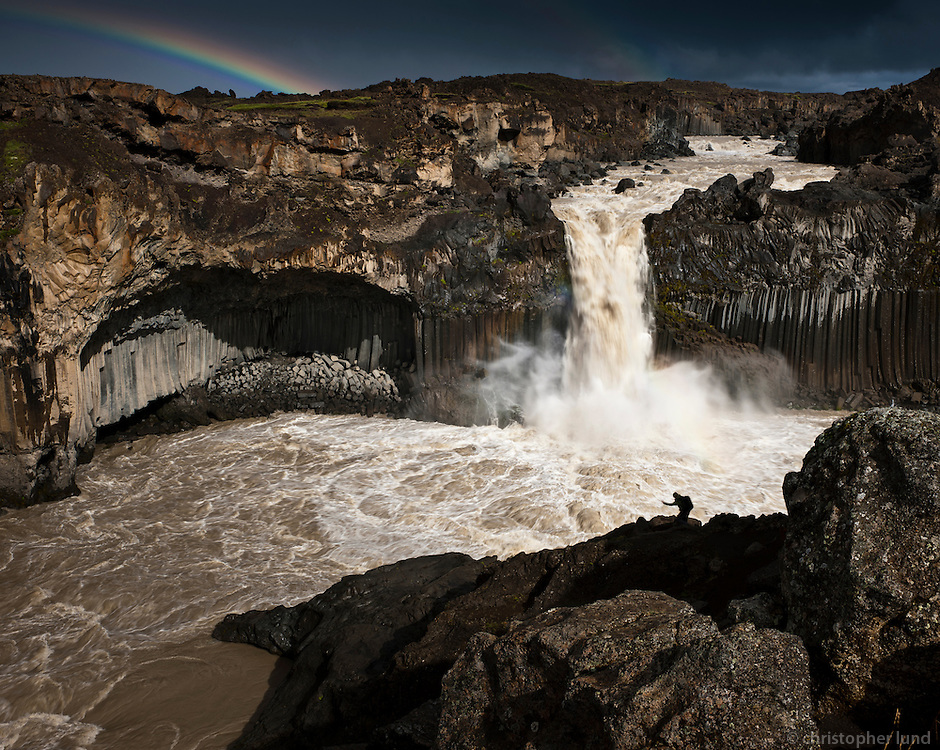 The Aldeyjarfoss waterfall is situated in the north of Iceland at the northern part of the Sprengisandur Highland Road which means it is to be found within the Highlands of Iceland. One of the most interesting features of the waterfall is the contrast between the black basalt columns and the white waters of the fall. The river Skjálfandafljót drops here from a height of 20 m. The basalt belongs to a lava field called Frambruni or Suðurárhraun, hraun being the Icelandic designation for lava. Aldeyjarfoss er foss í Skjálfandafljóti í Bárðardal. Fossinn er umkringdur stuðlabergi sem er hluti af hraunþekjunni Frambruna eða Suðurárhrauni. Hvíti litur jökulfljótsins þykir mynda skemmtilega andstæðu við dökkt bergið. Fallið er um 20 metrar.