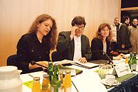 08.02.1999, Deutschland/Bonn:<br /> Antje Radcke, B90/Grüne Sprecherin des Bundesvorstandes, Reinhard Bütikofer, Bundesgeschäftsführer B90/Grüne, Gunda Röstel, B90/Grüne Sprecherin des Bundesvorstandes, vor Beginn des 2. Parteirates von Bündnis 90/Die Grünen, Beethovenhalle, Bonn<br /> IMAGE: 19990208-02/01-25<br />  <br /> KEYWORDS: Reinhard Buetikofer, Gunda Roestel
