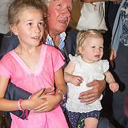 NLD/Blaricum/20160906 - Willibrord Frequin viert 75 ste verjaardag in Moeke Spijkstra, Willibrord Frequin en zijn kleindochters