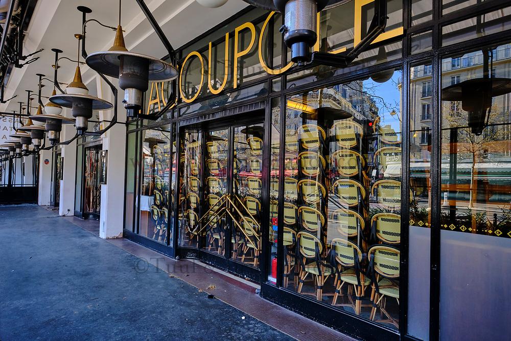 France, Paris (75), restaurant La Coupole Boulevard du Montparnasse durant le confinement du Covid 19 // France, Paris, the restaurant La Coupole in Montparnasse avenue during the confinement of Covid 19