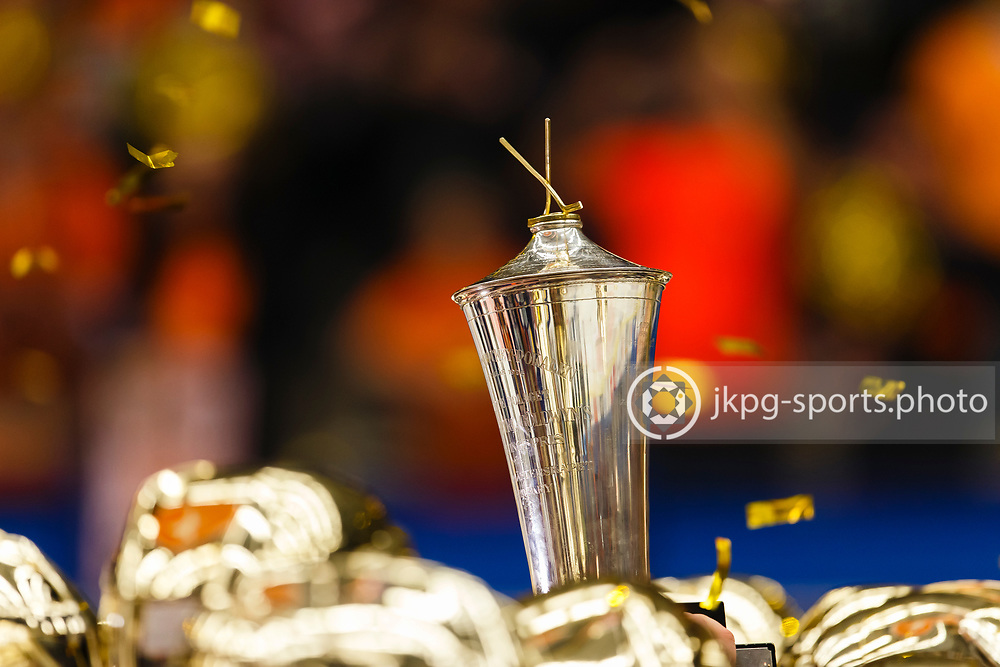 150423 Ishockey, SM-Final, V&auml;xj&ouml; - Skellefte&aring;<br /> Spelarna i V&auml;xj&ouml; Lakers Hockey lyfter pokalen inf&ouml;r supportrarna/publiken.<br /> &copy; Daniel Malmberg/Jkpg sports photo
