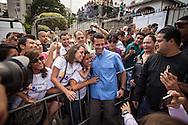 El candidato opositor, Henrique Capriles Radonski posa junto a sus simpatizantes en su centro de votación durante las elecciones regionales realizadas en Caracas. 16 Dic. 2012. (Foto/ivan gonzalez)