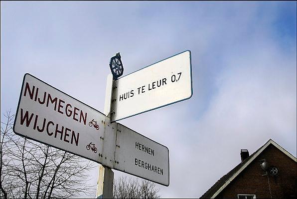 Nederland, Leur, 7-2-2007..Een oud anwb richtingbord staat op een kruispunt in dit gehucht, gemeente Wijchen...Foto: Flip Franssen/Hollandse Hoogte