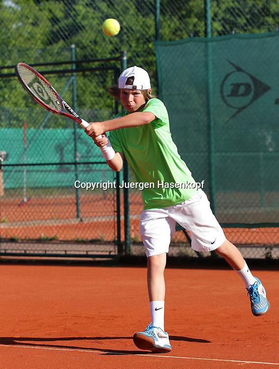 Juniorenspieler,Junge (8 Jahre) spieltTennis ,Tennis Club, Sandplatz, Muenchen,Einzelbild,Aktion,Ganzkoerper,Hochformat,