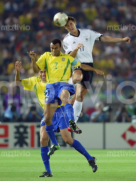 FUSSBALL  Weltmeisterschaft Japan / Suedkorea  2002       Finale 30.06.2002 Deutschland - Brasilien 0-2   Miroslav Klose (re, Deutschland) gegen CAFU (li, Brasilien)
