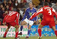 Fotball<br /> Veldedighetskamp for ofrene etter tsunamien i Asia<br /> Football for hope<br /> 15. februar 2005<br /> Nou Camp - Barcelona<br /> Foto: Digitalsport<br /> NORWAY ONLY<br /> ZINEDINE ZIDANE (CHE) / RIGOBERT SONG (RON)