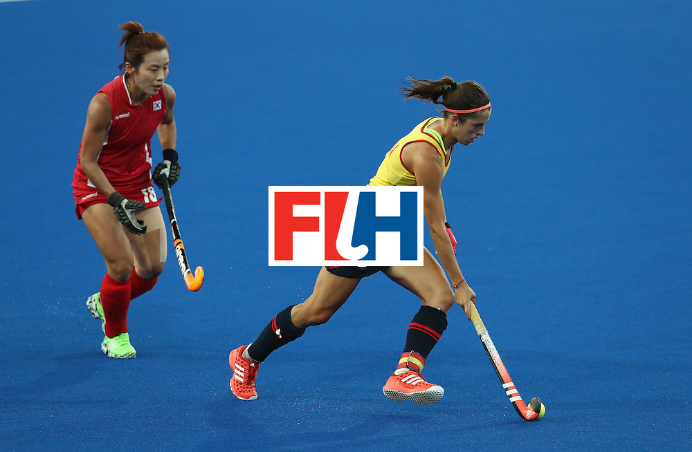 RIO DE JANEIRO, BRAZIL - AUGUST 13:  Rocio Ybarra of Spain moves away with the ball during the Women's group A hockey match between the Republic of Korea and Spain on Day 8 of the Rio 2016 Olympic Games at the Olympic Hockey Centre on August 13, 2016 in Rio de Janeiro, Brazil.  (Photo by David Rogers/Getty Images)