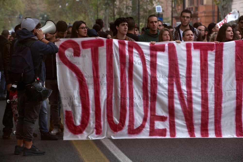 """Studenti delle scuole superiori di Palermo in corteo contro l'alternanza scuola-lavoro introdotta della Legge """"Buona Scuola""""."""