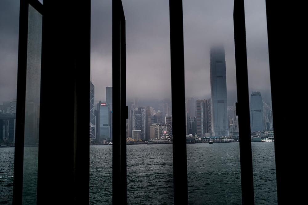 Hong Kong, China - General view shows a layer of fog descending upon buildings in the Wan Chai central district  of Hong Kong as ships sail in Victoria Harbour on May 03, 2018.Hong Kong, Chine - La vue générale montre une couche de brouillard descendant sur les bâtiments du district central de Wan Chai de Hong Kong alors que les navires naviguent dans le port de Victoria le 3 mai 2018.