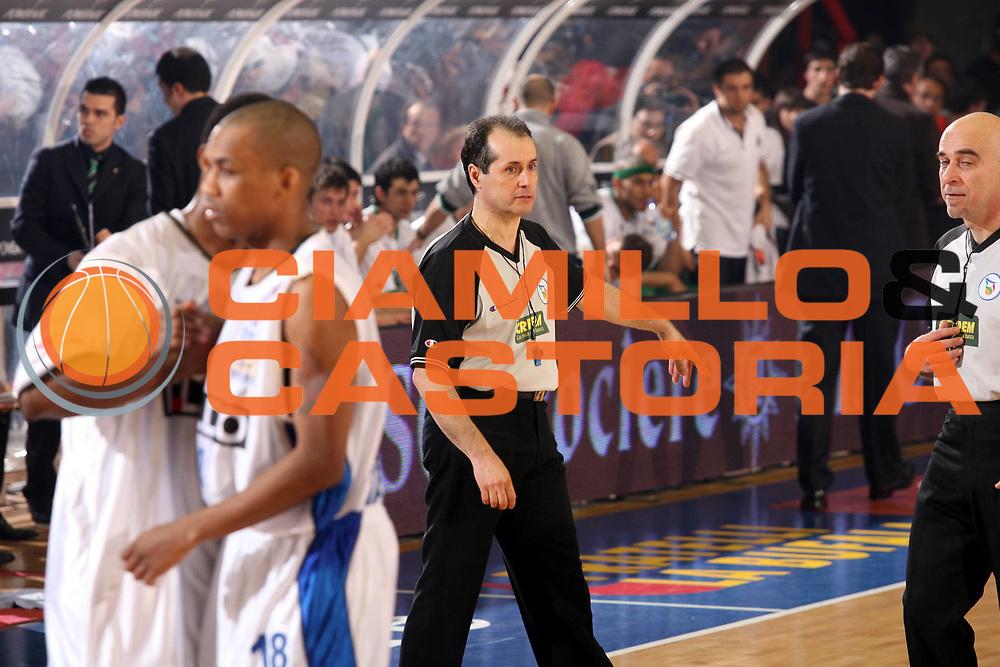DESCRIZIONE : Napoli Lega A1 2006-07 Eldo Napoli Montepaschi Siena<br />GIOCATORE : Arbitro<br />SQUADRA : Eldo Napoli<br />EVENTO : Campionato Lega A1 2006-2007 <br />GARA : Eldo Napoli Montepaschi Siena<br />DATA : 03/02/2007<br />CATEGORIA : Arbitro<br />SPORT : Pallacanestro <br />AUTORE : Agenzia Ciamillo-Castoria/G.Ciamillo