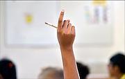 Nederland, Nijmegen, 11-11-2014Een leerling steekt haar vinger in de lucht om de attentie van de leraar te krijgen.Foto: Flip Franssen/Hollandse Hoogte