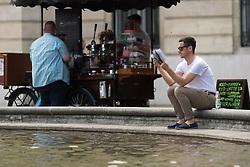 THEMENBILD - erste Hitzewelle des Jahres bahnt sich an, im Bild  Mann sitzt an einem Brunnen und liest, aufgenommen am 10. Juni 2019 in Wien, Oesterreich. // Over the next few days, the thermometer is expected to move in the direction of 35 degrees Celsius and above. Wien, Austria on 2019/06/10. EXPA Pictures © 2019, PhotoCredit: EXPA/ Michael Gruber