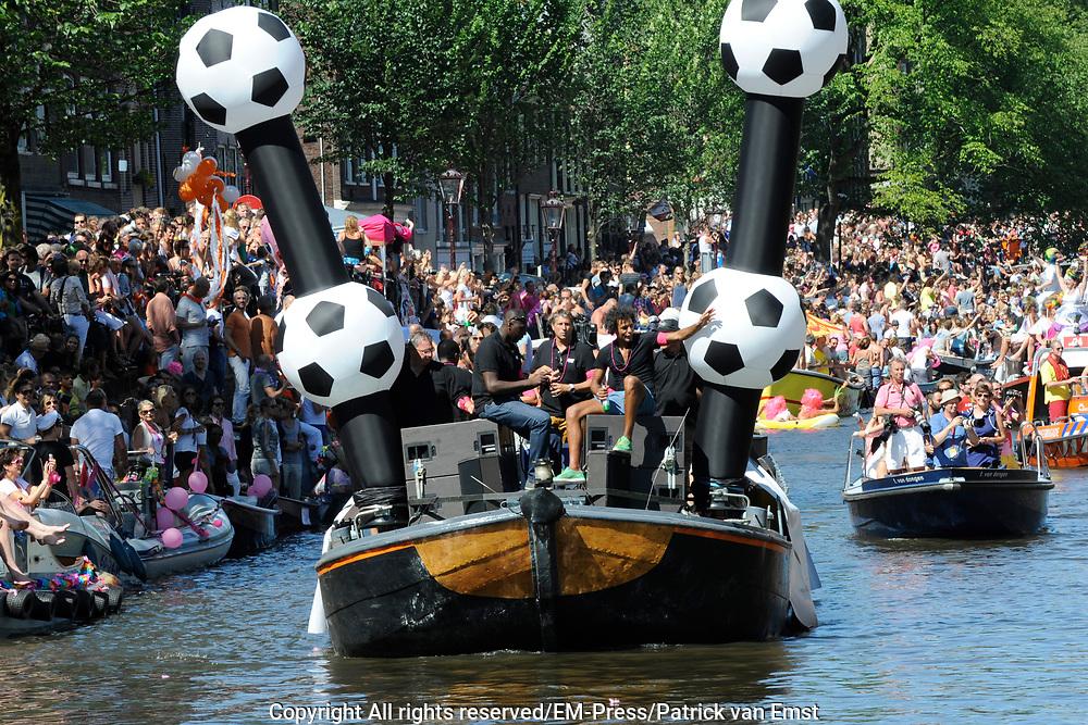 Canal Parade 2013 in de Amsterdamse grachten. De Canal Parade is het hoogtepunt van de Gay Pride, een feestweek met voornamelijk homo's, bi's, lesbiennes en transgenders.<br /> <br /> Canal Parade 2013 in the canals of Amsterdam. The Canal Parade is the highlight of the Gay Pride, a festival week with mostly gay, bisexual, lesbian and transgender people.<br /> <br /> Op de foto / On the photo: <br /> <br /> On the photo: <br /> <br />  KNVB boot het Pierre van hooijdonk en Regilio Vrede