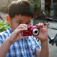 BEIJING, JULY12-14,2013 : Ein Schueler der GAOJIAYUAN Mittelschule probiert seine Kamera aus.