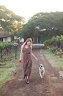 Cecilia Oldne på morgonpromenad med hundarna på vingården Sula Wines, Nashik, Indien