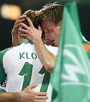 Fussball  UEFA Pokal  Viertelfinale  Rueckspiel  Saison 2006/2007 SV Werder Bremen - AZ Alkmaar              Miroslav KLOSE, DIEGO (verdeckt) und Jurica VRANJES (v.l., alle Bremen) jubeln nach dem 4:1 an der Eckfahne