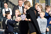 Koningin Maxima brengt een werkbezoek aan Koppert Cress in Westland. Koppert Cress is winnaar van de Koning Willem I Plaquette voor Duurzaam Ondernemerschap 2016. Deze prijs beloont duurzame innovaties van kleine of grote organisaties. Koppert Cress is een tuinbouwbedrijf dat gespecialiseerd is in diverse eetbare planten en bloemen.<br /> <br /> Queen Maxima brings a working visit to Koppert Cress in Westland. Koppert Cress is the winner of the King William I Plaque for Sustainable Entrepreneurship 2016. The award recognizes sustainable innovations of small and large organizations. Koppert Cress is a horticultural company that specializes in various edible plants and flowers.