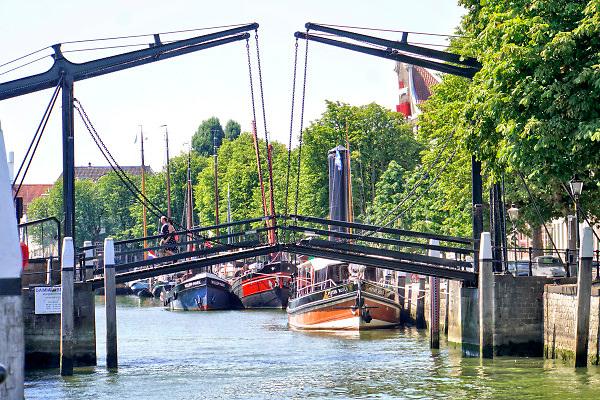 Nederland, Dordrecht, 3-8-2018De oude binnenstad zicht vanaf de Merwedekade  op de  Damiantebrug, ophaalbrug .Foto: Flip Franssen