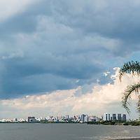 Vista da cidade e do Lago Guaíba, em frente ao Museu Iberê Camargo, Porto Alegre, Rio Grande do Sul, foto de Zé Paiva - Vista Imagens
