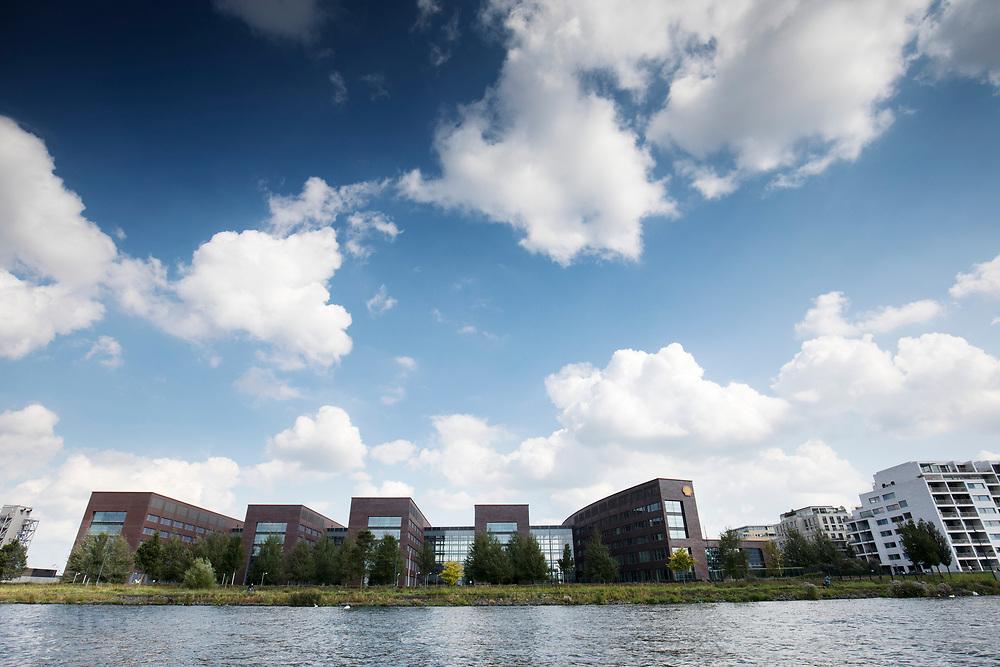 Het hoofdkantoor van Shell aan het IJ in Amsterdam.<br /> <br /> The Shell headquarters at the IJ in Amsterdam.