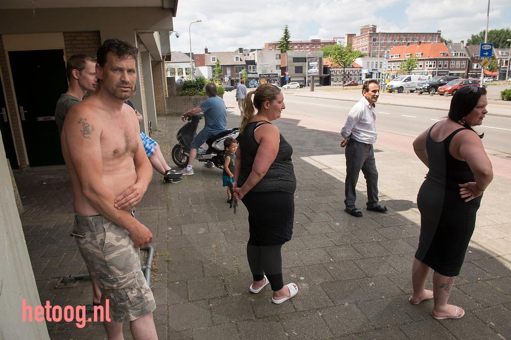 Nederland, Enschede 18juni2017 Buurtbewoners van de wijk 'Tattersal' tegenover het oorspronkelijke demonstratieterrein van Pegida kijken toe hoe er niet gedemonstreed wordt. Om het verbod om te demonstreren af te dwingen was de binnenstad van Enschede zondag 18 juni het domein van de politie.Er gold een samenscholingsverbod en mensen werden (preventief) gefouilleerd. Er werden arrestaties verricht en mensen terug gestuurd naar waar zij van daan kwamen. Pegida demonstreerde ondertussen in Hengelo(o) waar geen demonstratie verbod van kracht was.