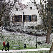 Een stel laat de honden uit. Utrecht is bedekt met een heel dun laagje sneeuw.<br /> <br /> A couple is letting the dogs out in a snowy Utrecht.