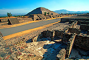 MEXICO, TEOTIHUACÁN Pyramid of Sun on Avenue of Dead