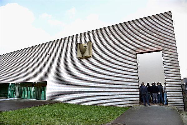 Nederland, Vught, 15-11-2013Het nationaal monument kamp Vught, waar in de 2e wereldoorlog joden en andere door de bezetter gevangen genomen mensen werden opgesloten en van hieruit getransporteerd naar vernietigingskampen. Een groep jongens van de Helicon school krijgen een rondleiding, excursie, over het terrein. Zij staan in het museumgebouw bij de met teer bekladde grafzerken die hier naar toe zijn verplaatst.Foto: Flip Franssen/ Hollandse Hoogte