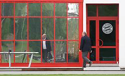 """22.04.2013, Muenchen, Der unter dem Verdacht der Steuerhinterziehung stehende Präsident des FC Bayern München, Uli Hoeneß, hat laut der """"Bild am Sonntag"""" zusammen mit seiner Selbstanzeige knapp sechs Millionen Euro an das Finanzamt gezahlt. Laut dem Chef der deutschen Steuer-Gewerkschaft, Thomas Eigenthaler, folgert daraus, dass """"Hoeneß mindestens zehn Millionen Euro Einnahmen nicht angegeben hat"""". Den Ruecktritt von seinen Bayern-Aemtern schließt Hoeneß aus, im Bild Uli HOENESS spiegelt sich auf dem Trainingsgelaende an der Saebener Strasse, Bild aufgenommen am 28.04.2009. EXPA Pictures © 2013, PhotoCredit: EXPA/ Eibner ***** ATTENTION - OUT OF GER *****"""
